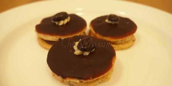 Round Cookies with Walnut Cream